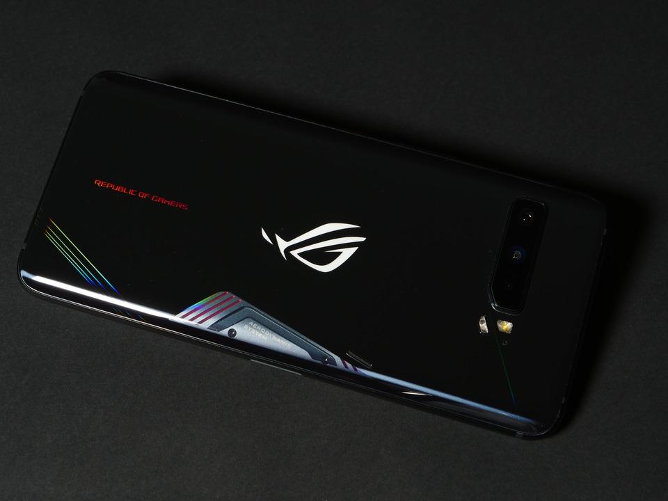 ROG Phone 3:タブレット級をスマホサイズで。ゲームも動画もこれひとつ