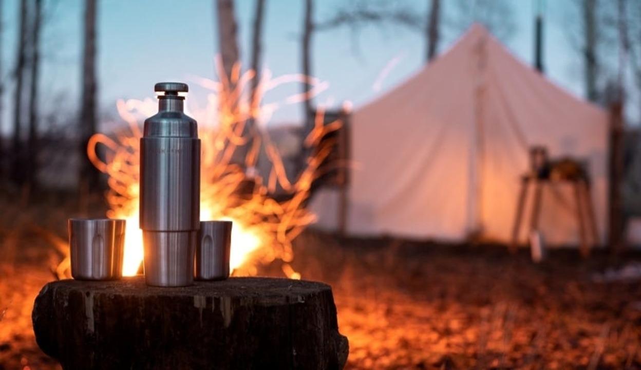 メタルの質感がグッド! お酒も楽しめるマグネット式タンブラー&ボトル「Firelight Flask」