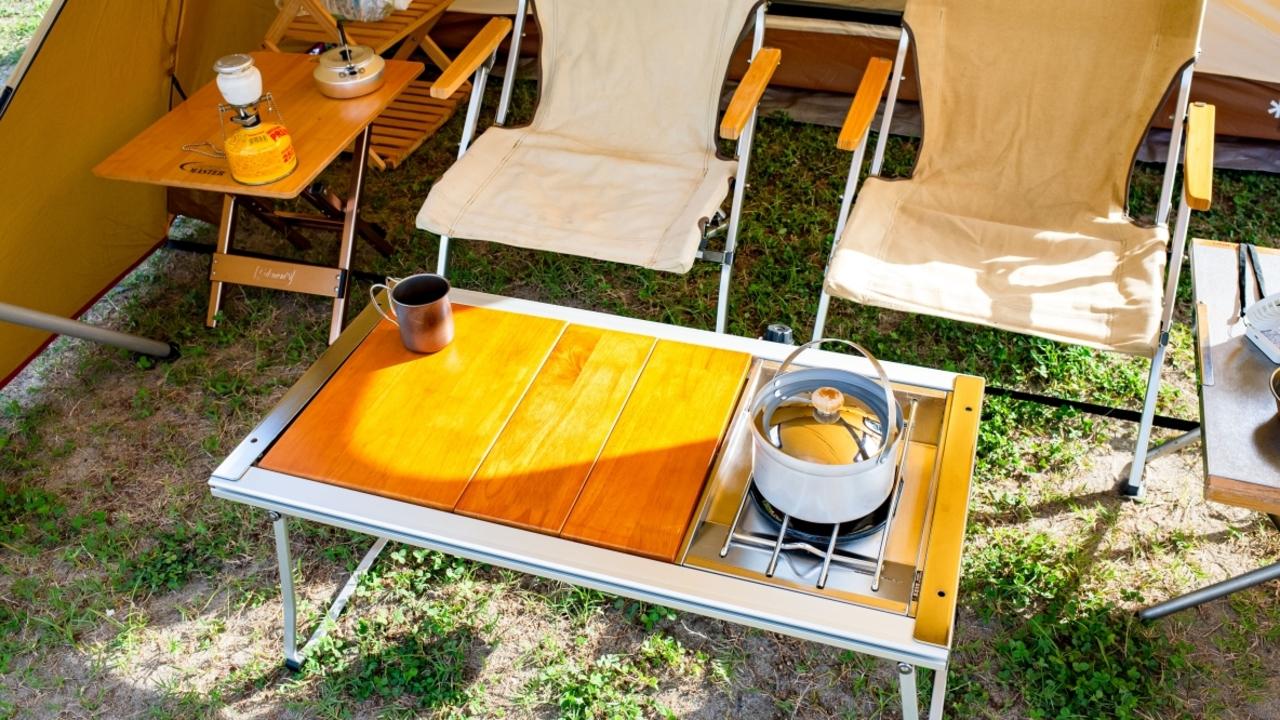 ガスバーナーとドッキングもできる! スノーピークのアウトドアテーブルが、コンパクトでお手軽