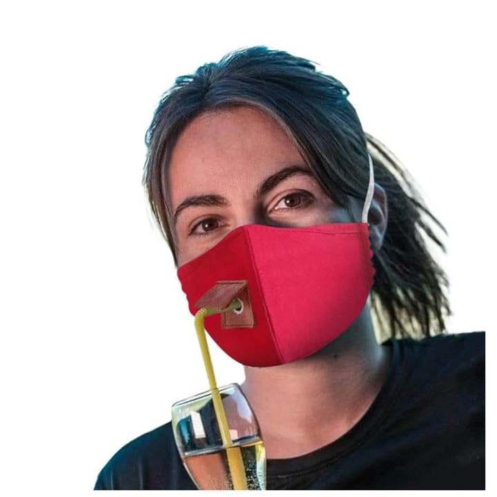 マスクしたまま小窓から水分補給。熱中症対策にもいいね!