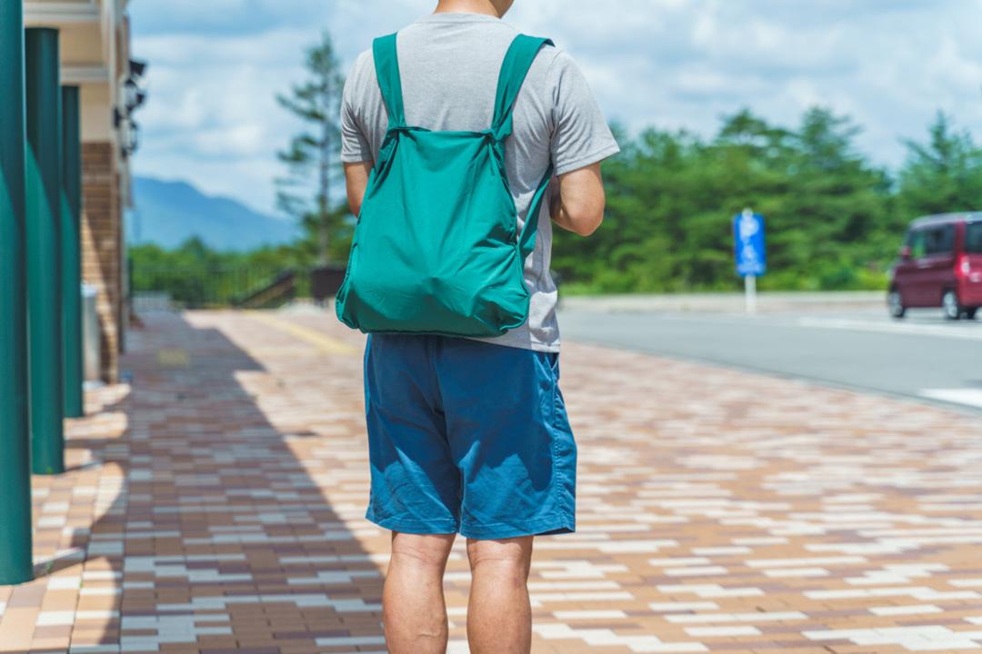 背負えるエコバッグがあれば、たくさん買っても大丈夫! パッカブルで、トートバッグにも変身