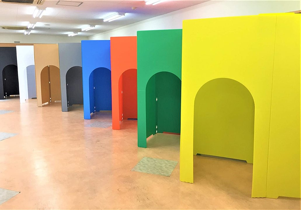 室内にカラフルなプライベート空間を。プラダン個室「Koshitsu-Dana(コシツダナ)」で