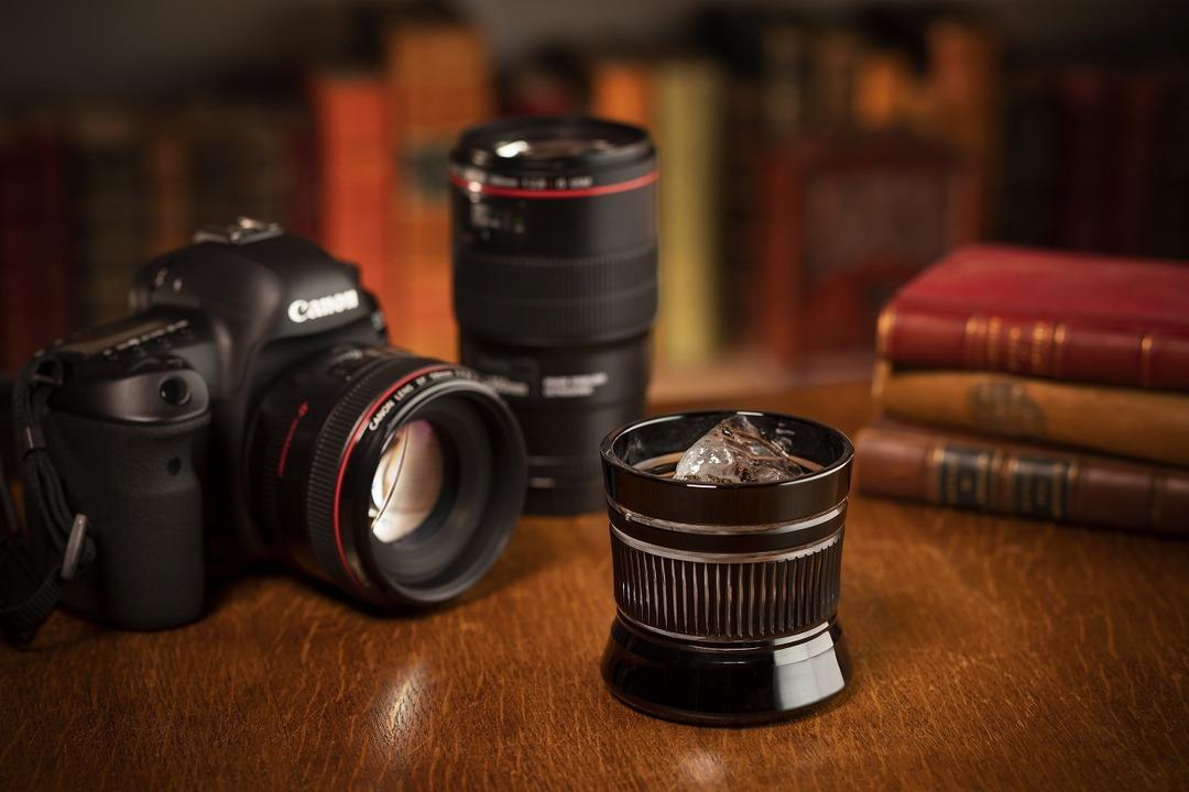 カメラとお酒を嗜む大人たちへ。キヤノン監修カメラレンズ風江戸切子グラス