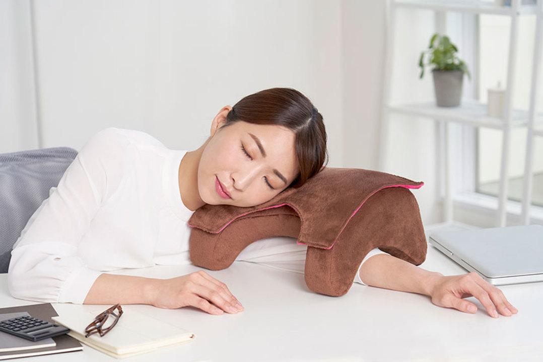 デスクで快適にちょっと昼寝ができる専用まくらがあればテレワークが捗る(かもれない)