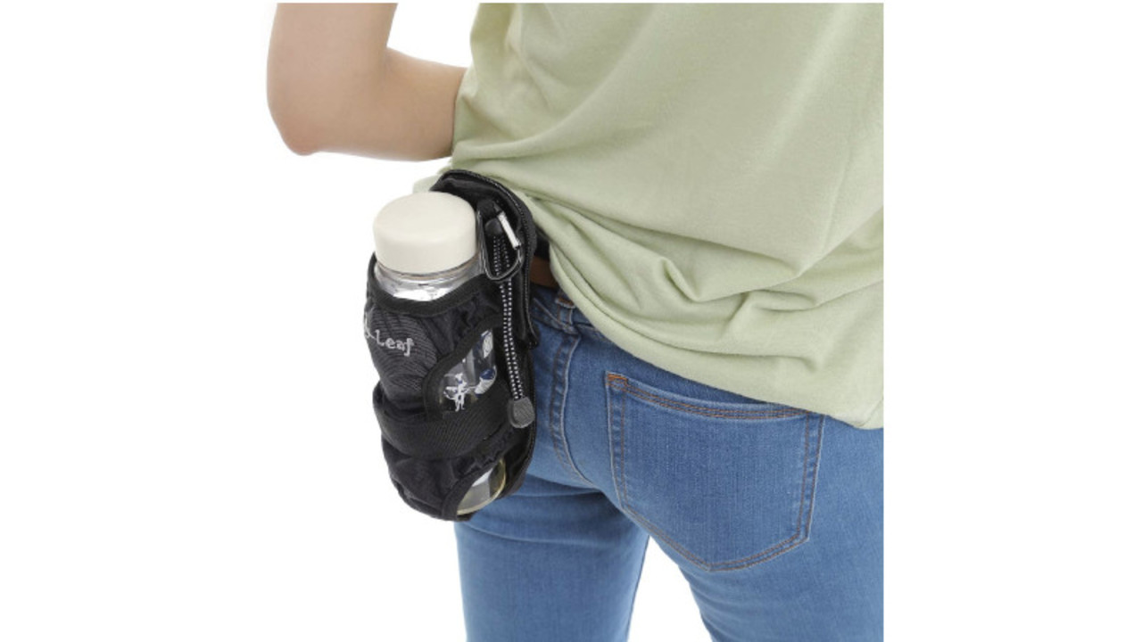 リュックやベルトに付けられるペットボトルホルダーで身軽に。折りたたみ傘ホルダーにもなるよ