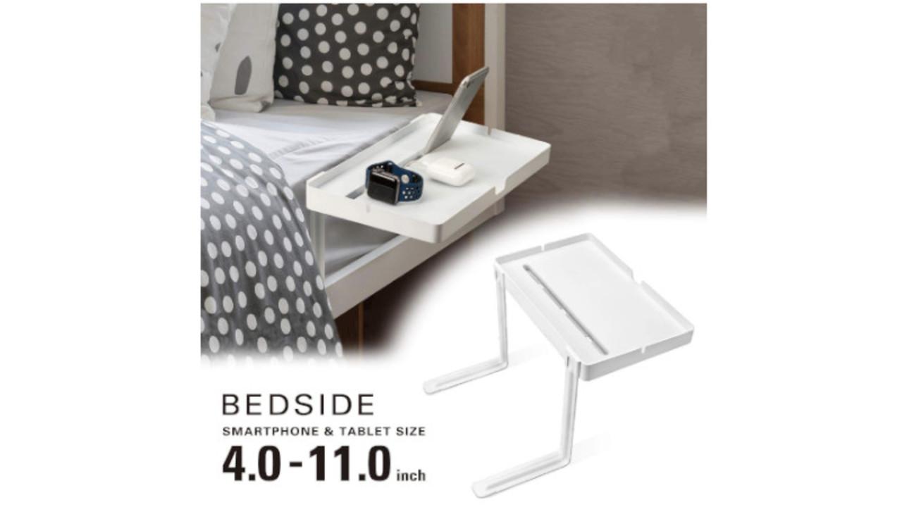 ベッドに差し込むだけでサイドテーブルを設置できちゃう。スマホスタンドも付いてるよ