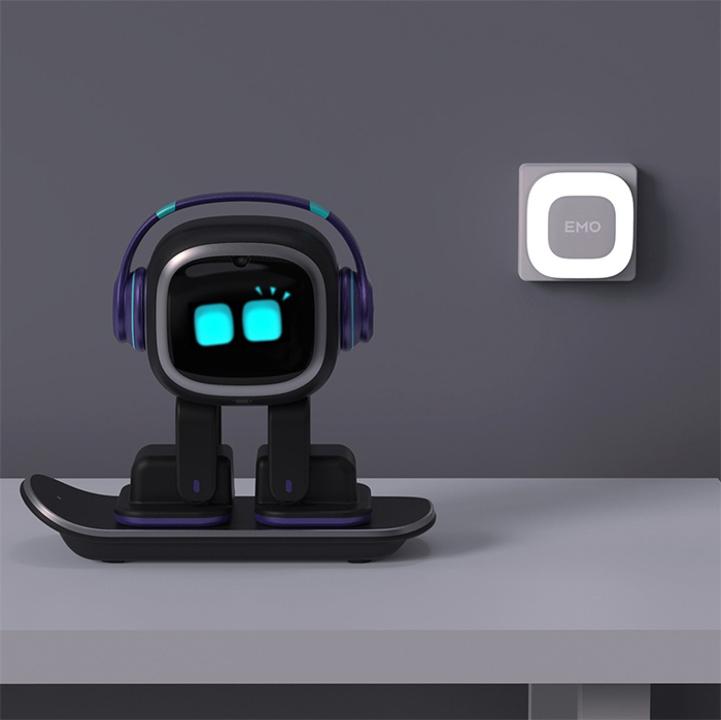 デスクトップのお供に、一緒に遊べるロボットのペット「EMO」