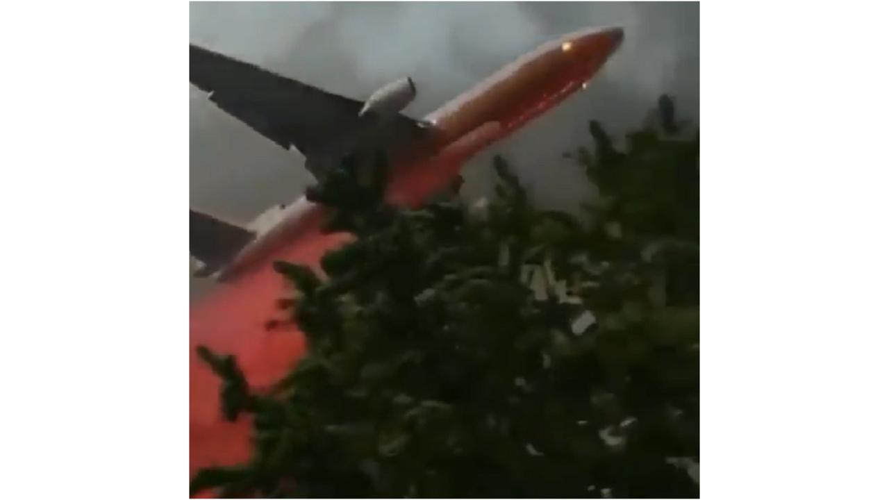 西海岸山火事の空中散布がSF映画のよう。元JAL機も地表スレスレです