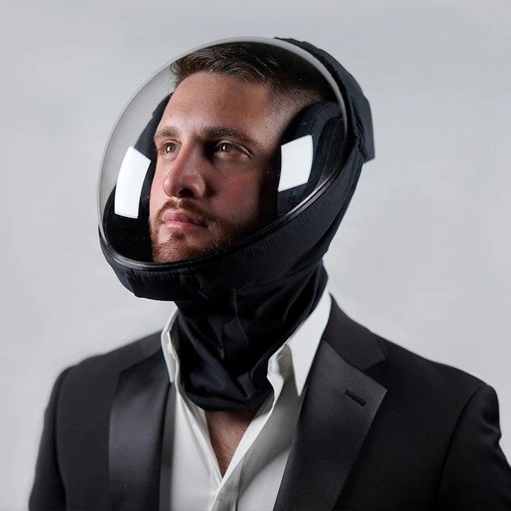 フェイスシールドはもう古い。未来人は宇宙飛行士風のヘルメットでコロナ禍を生きる