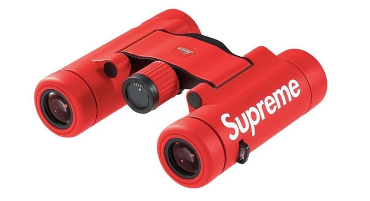 赤いボディーに映えるロゴ。ライカがSupremeとコラボした双眼鏡