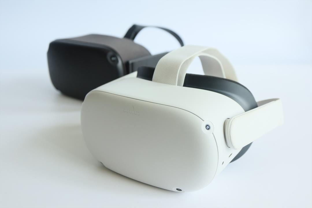 初代Oculus QuestとOculus Quest 2が並ぶ写真