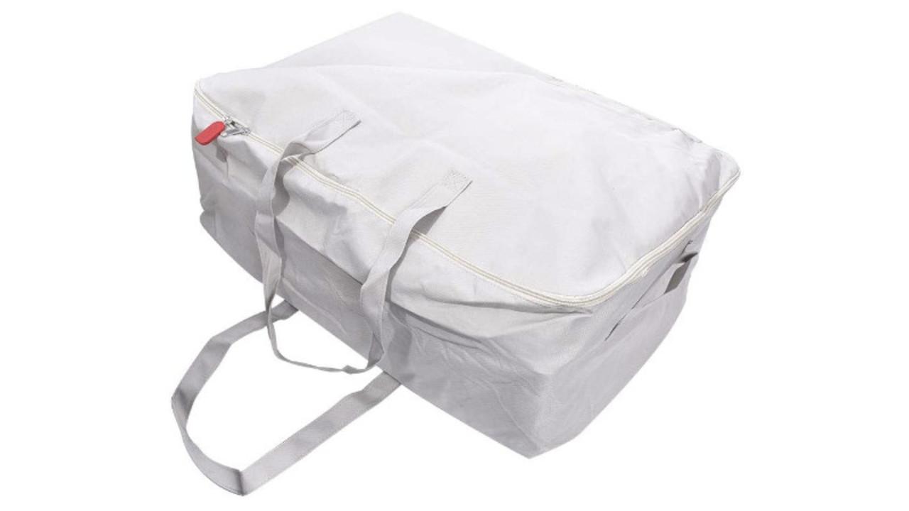 スマホで中身が確認できるバッグ型の収納ケース。衣替えや旅行に便利そう