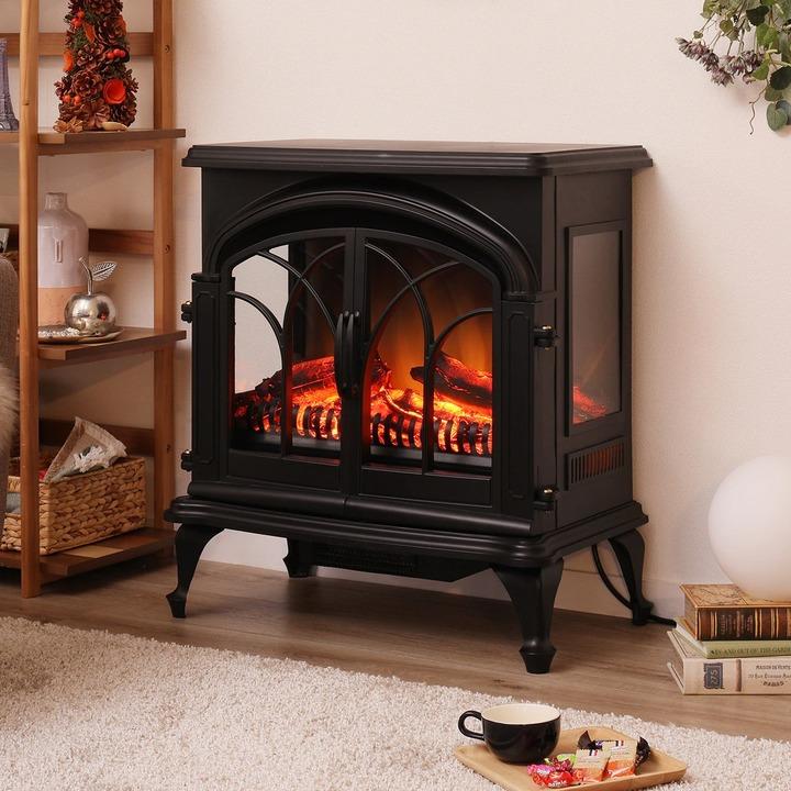 薪と炎が見える。暖炉にそっくりな温風ファンヒーターでリッチな気分に