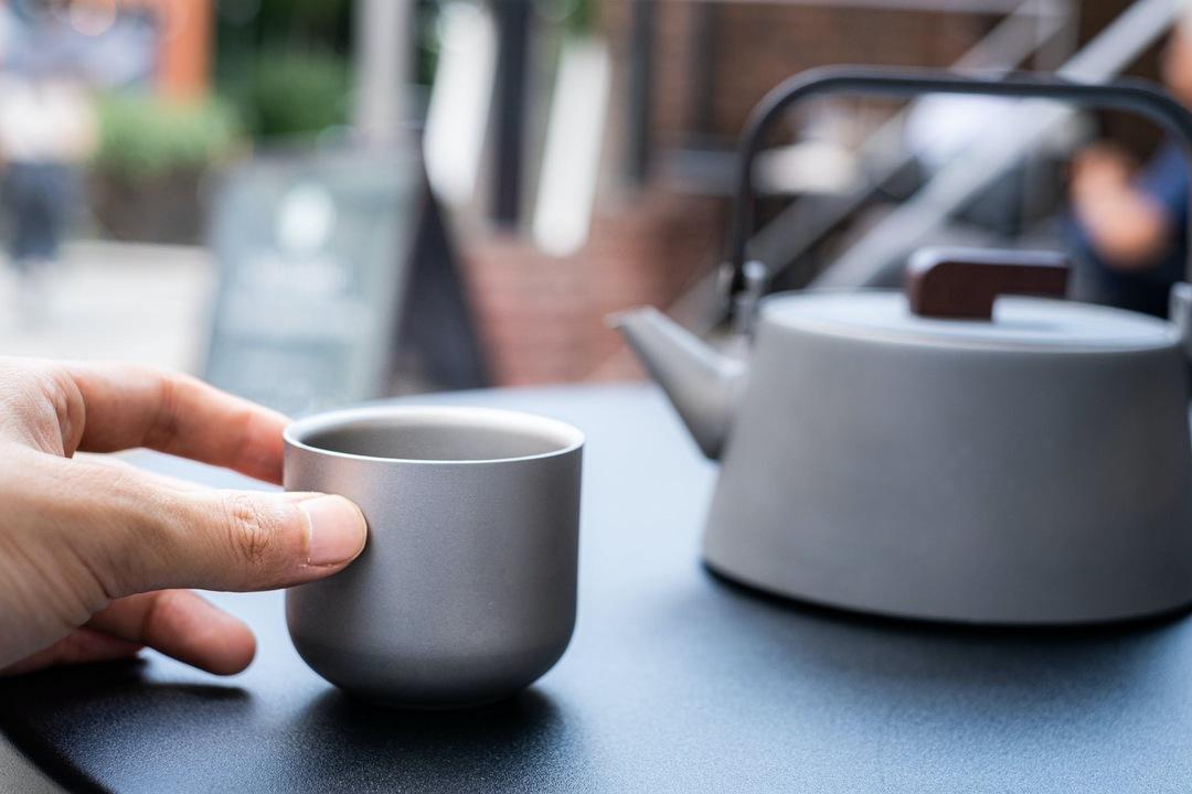 まさに「アウトドア仕様の茶器」。純チタン製で軽量なティーケトル&カップが登場