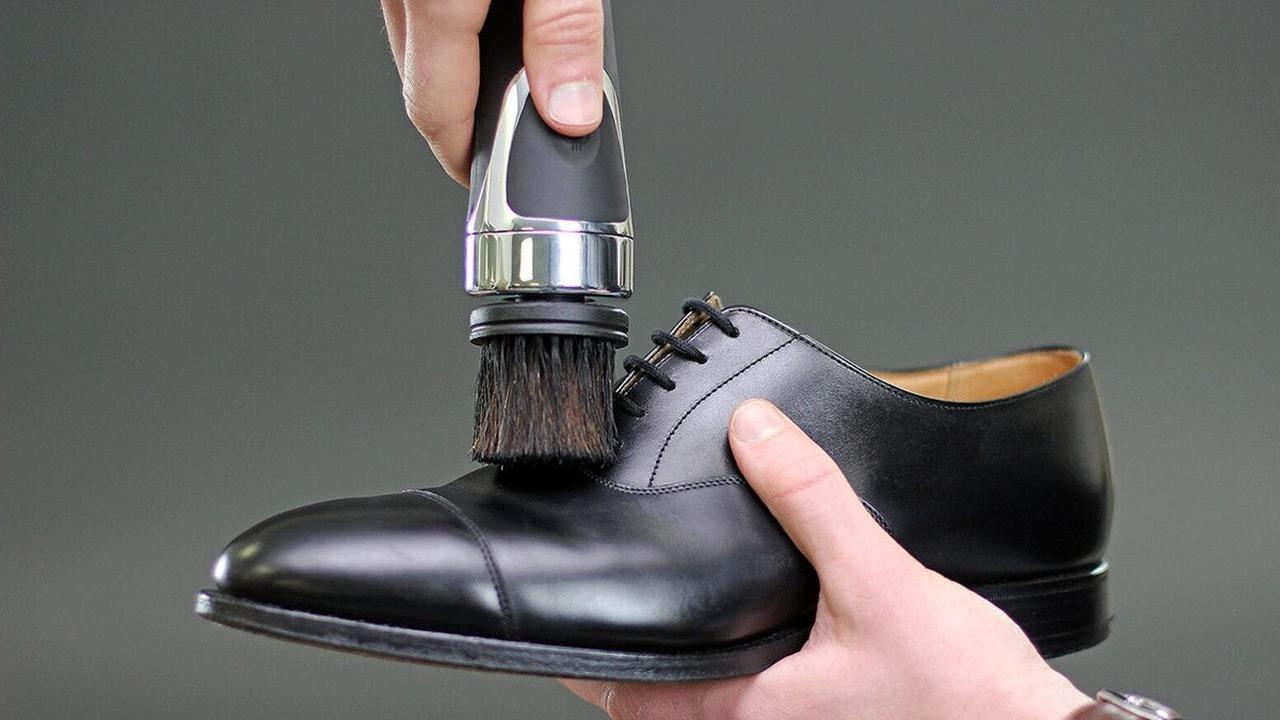身嗜みはとっても大事。愛用の革靴をいつでもきれいにできるポータブル+電動の靴磨き機が登場