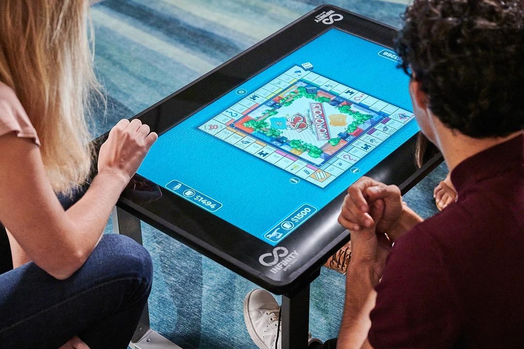 50種以上のボードゲームをタッチ操作で遊べるテーブル「Infinity Game Table」