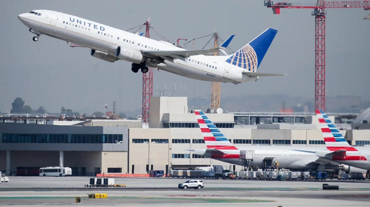 ロス上空1,800mをジェットパックで飛ぶ人が目撃される。パイロットと管制局の緊迫の会話を公開