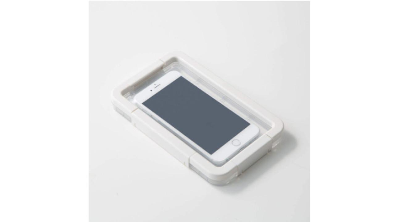 無印良品の防水性が高いスマホケースは、カメラが使えてお風呂でも濡れた手で操作できるぞ