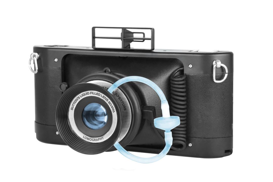 お茶にする? コーヒーにする? レンズに液体を注入して撮影する35mmフィルムパノラマカメラ