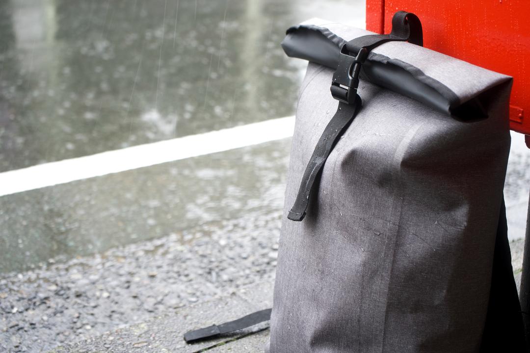 コスパ抜群! 雨の日の通勤を助けるロール式防水バックパック