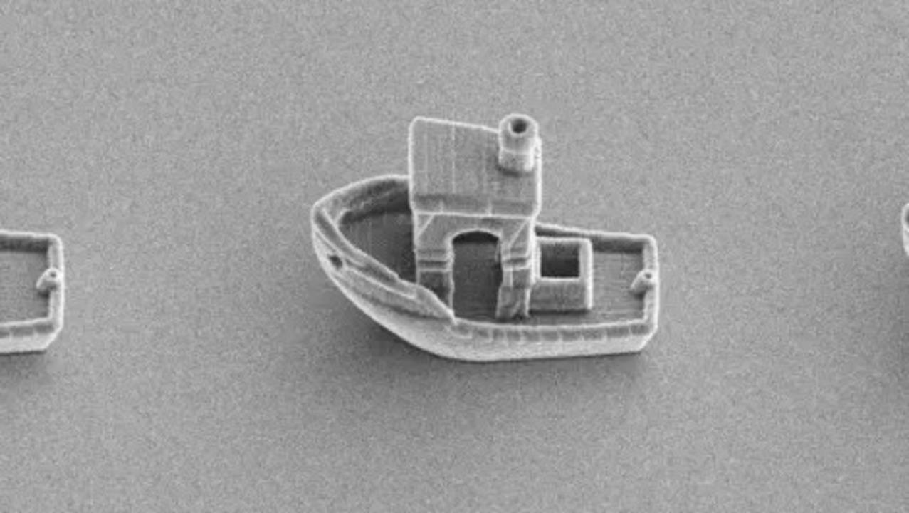 物理学者が3Dプリントした世界最小の船は、ヒトの髪の中を航行する