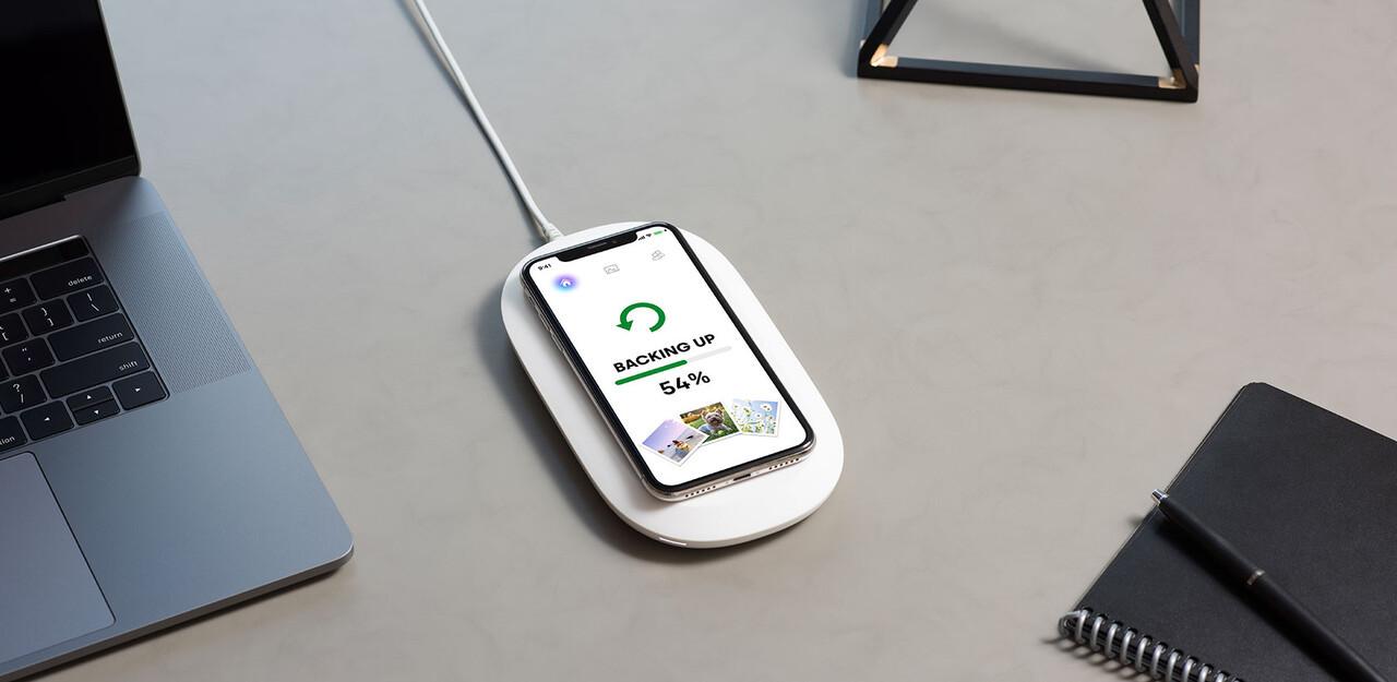 充電&画像・動画バックアップをまとめてくれるワイヤレスチャージャー