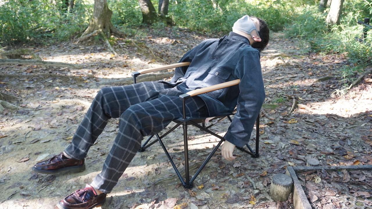 ロゴスのアウトドアチェアは、思いっきり背中を預けても倒れない! ずっと座っても疲れ知らず