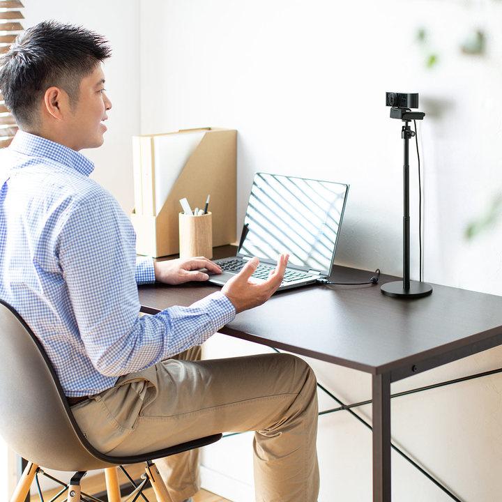うつむきがちなアナタへ。Webカメラ用スタンドがあれば背筋ピンで話せるよ!