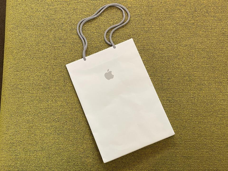 エコロジーみを感じる。アップルストアのバッグ、持ち手が紙製だ!