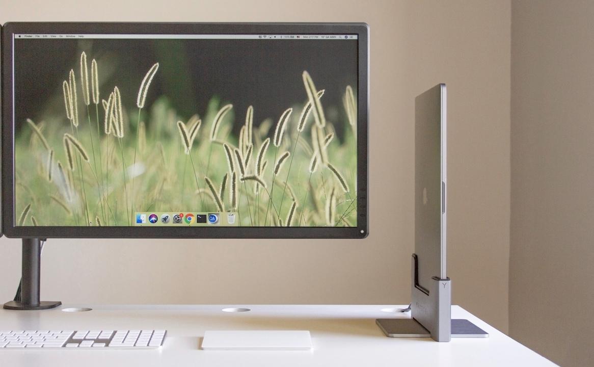 MURAMASAみたいだ! MacBookを立てて使えるドックでデスクトップ化してみるのもいいかも