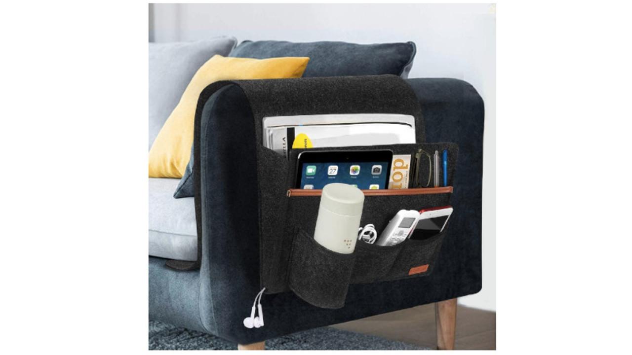 ソファやベッドの横に掛けられる大容量のポケットは壁掛けもできて便利だぞ
