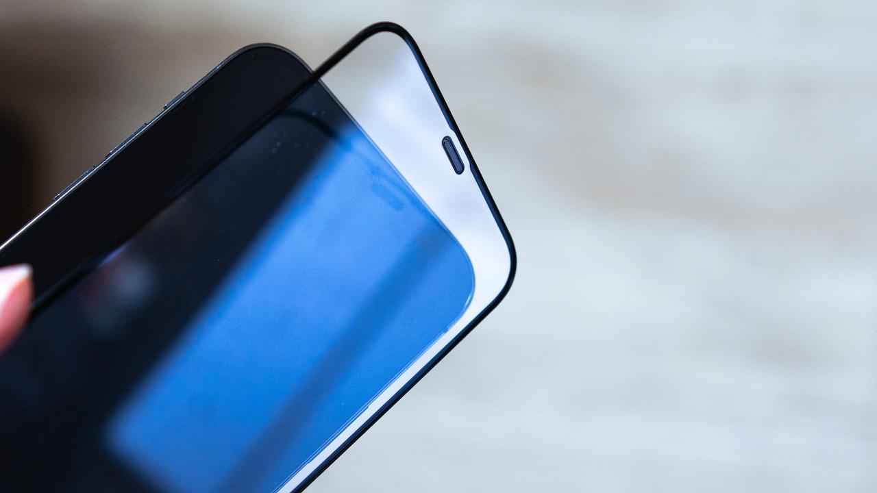 【読者限定で最大40%オフ】まるで本体そのままの触り心地。iPhone 12 Proに「GAURUN」のガラスフィルムを貼ってみた