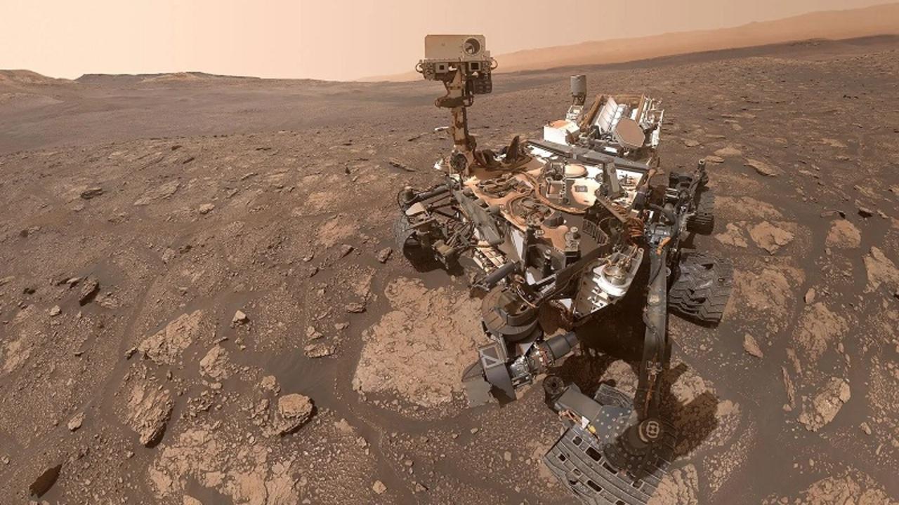 火星のキュリオシティから、砂ぼこりだらけのセルフィー