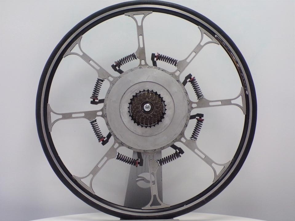 世紀の大発明。電気要らずで乗り手の体重を推進力に変える、バネだらけの自転車ホイール
