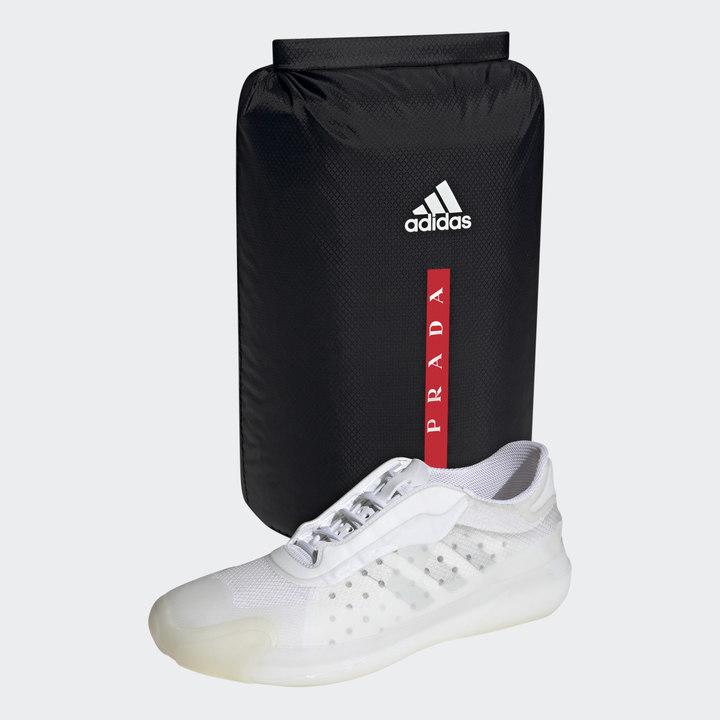 セイリングのチーム用に作られたアディダス×プラダのスニーカー、薄いゴムで包まれた防水靴