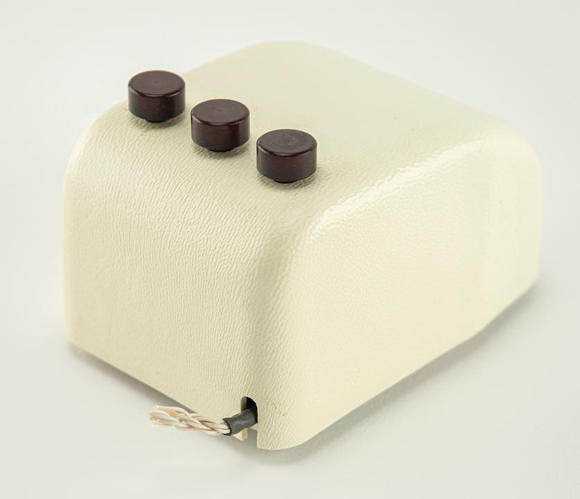 1968年に発表された世界初のマウス、3ボタン「X-Y」マウスが競売に出される