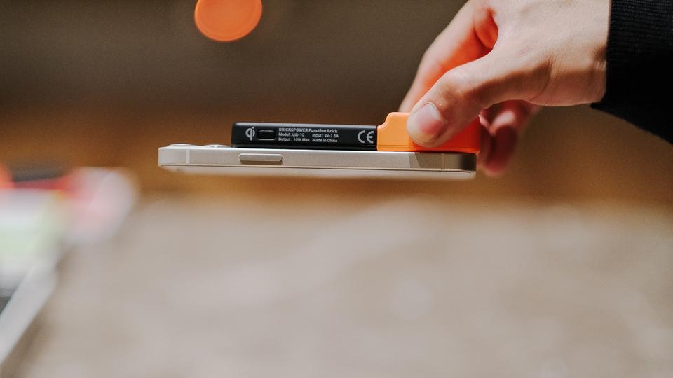 【読者限定25%オフ】MagSafeじゃなくてもくっつく! スピーカーやライトにもなる無線対応モバイルバッテリー