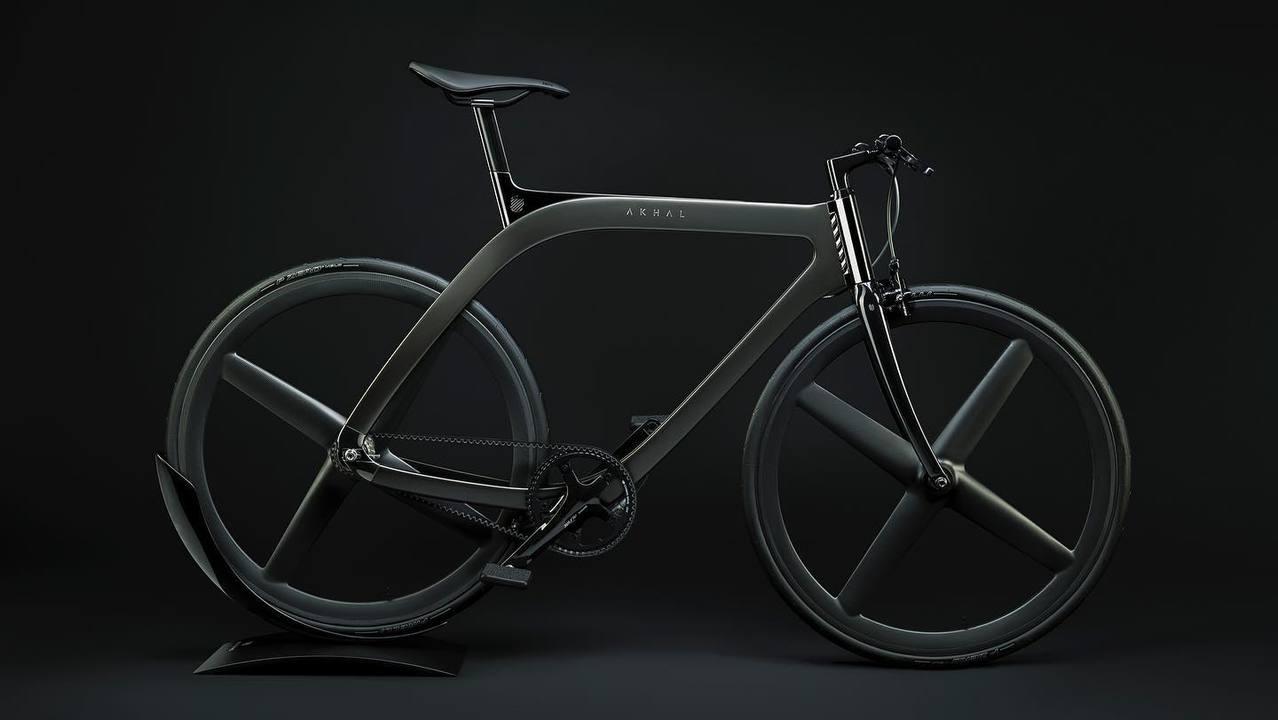 重さ9.5kg。幻の馬をイメージした美しきカーボン製の自転車「AKHAL SHADOW」