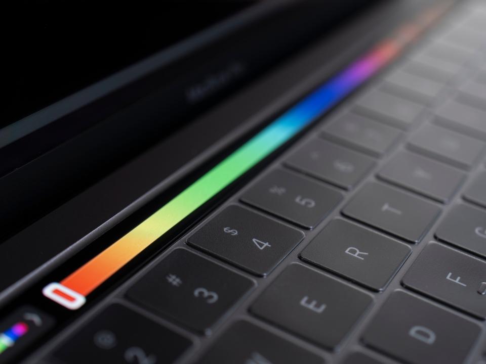 将来、MacBookのキーボードにディスプレイが搭載されるかも