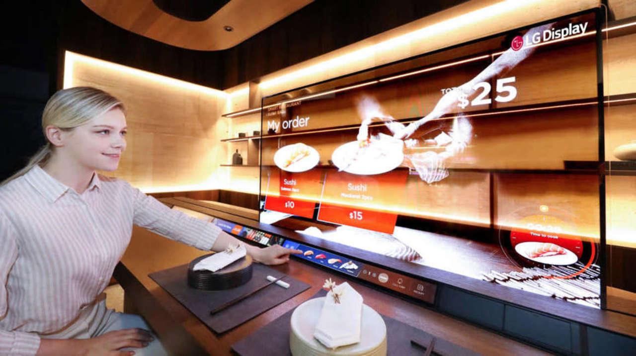 衛生対策もばっちり、LGの透明有機ELで未来派寿司バー登場か