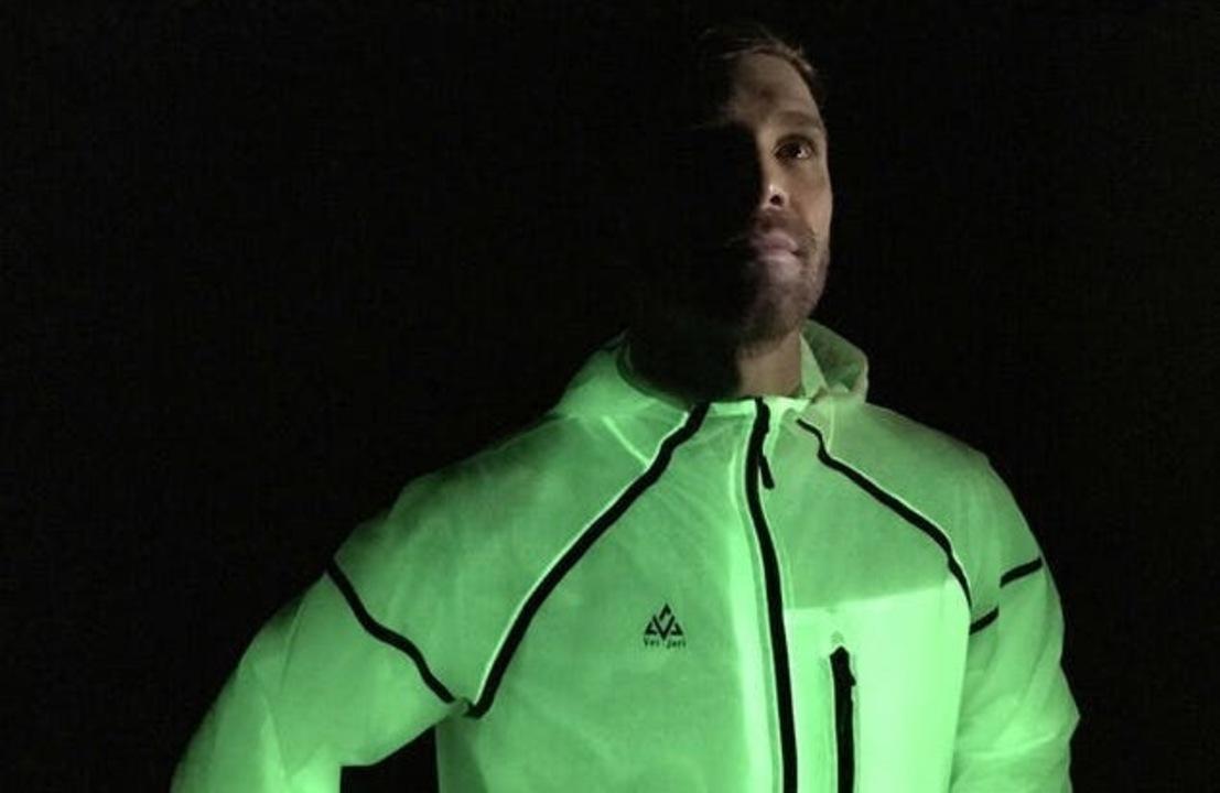 夜のランニングに。電源不要で光る「Firefly Jacket」が登場