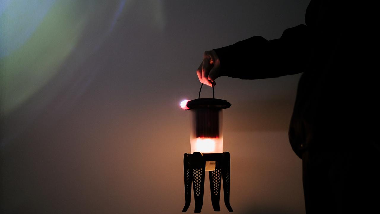200ルーメンの明るさを8時間提供! 防災グッズにもよさげなハイブリットランタンを使ってみた