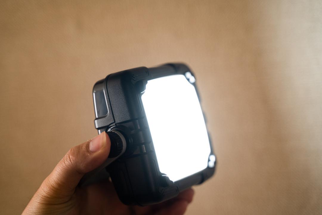 屋内でもOK! 最大150時間連続稼働の小型LEDランタンを使ってみた