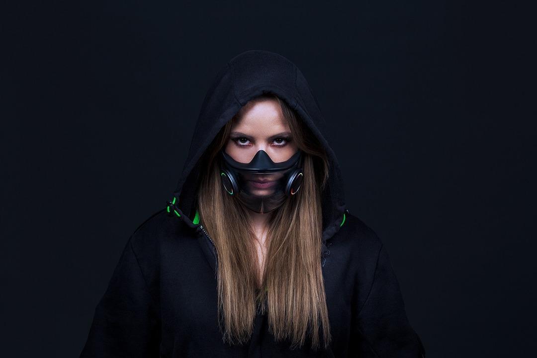 やっぱり極彩色に光る。RAZERが超スマートな「ゲーミングマスク」を考案 #CES2021