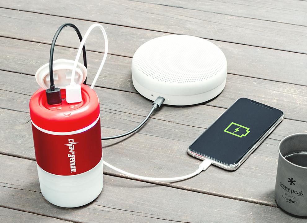 「チャージマンレッド」参上! 太陽光でも自転車でも充電できるモバイルバッテリーだ!