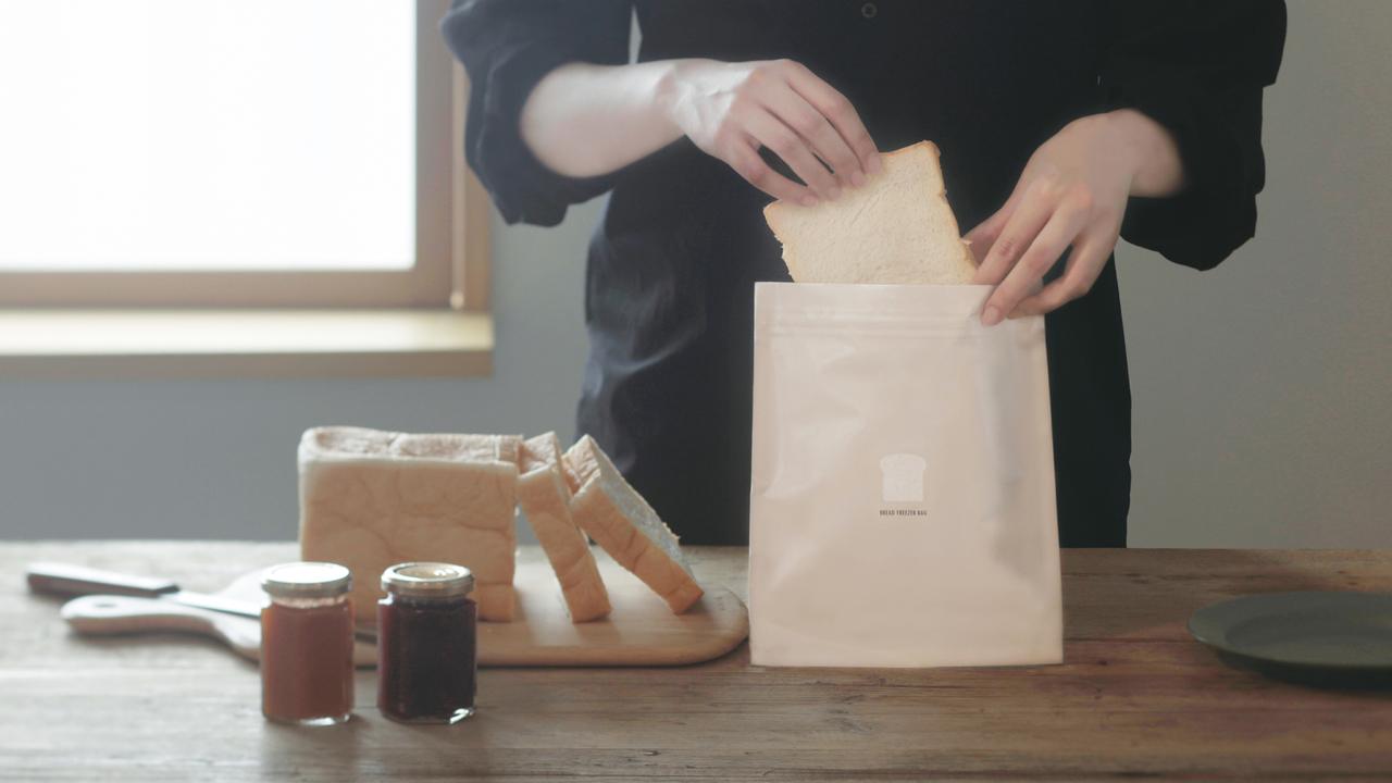 冷凍庫臭がつかないファスナー付きバッグで、食パンの美味しさ長持ち。あの独特の匂いとサヨナラ