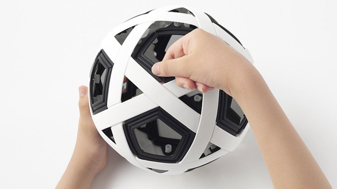 空気入ってない! Nendoが開発した組み立て使う「エアレスサッカーボール」