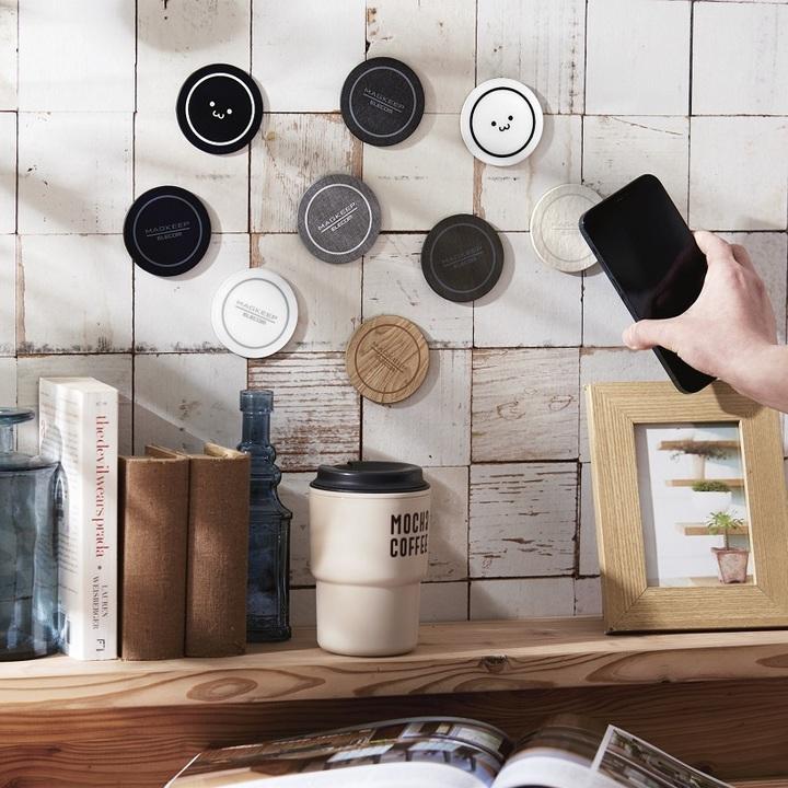 好きな場所にiPhone 12をくっつけられるMagSafe対応マグネットステッカー。充電しないけど壁でも車内でも