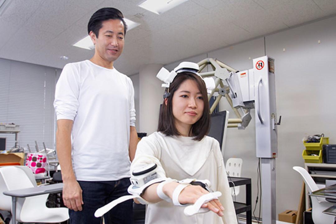 脳の治る力をアシスト。脳波で作動するロボットで麻痺した手指が回復する