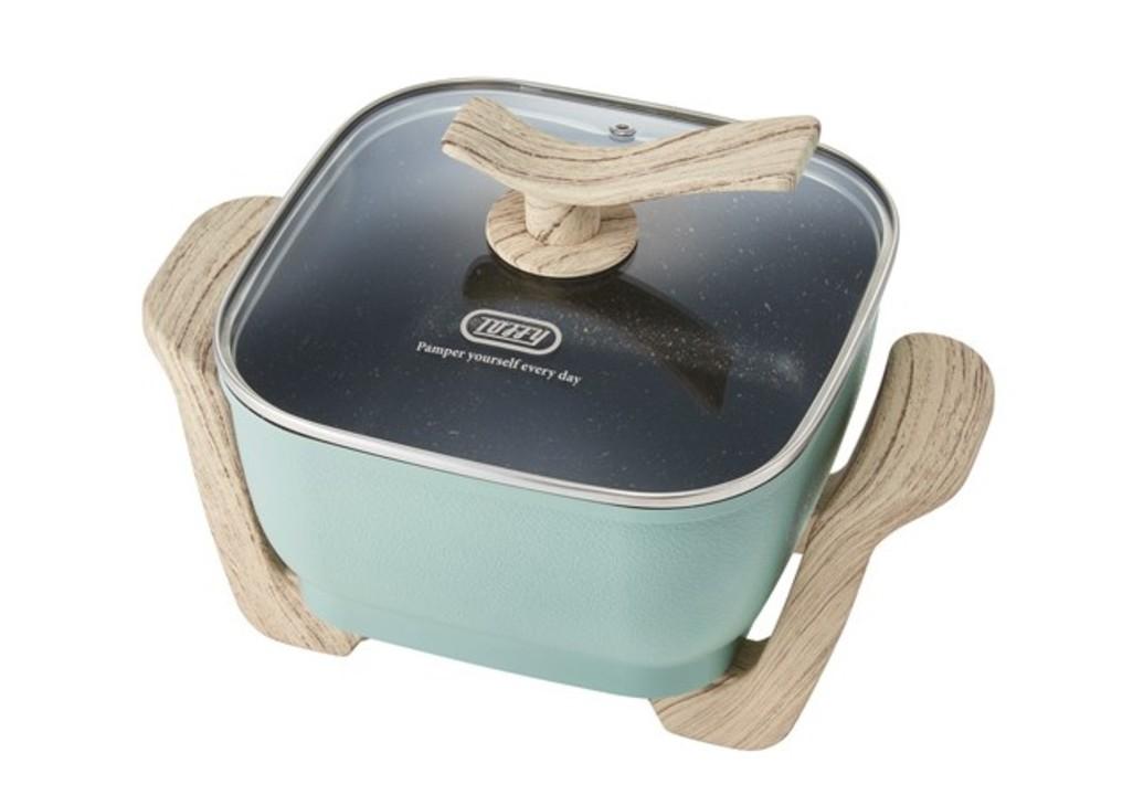 焼き物も蒸し物も揚げ物もできちゃう。木の持ち手がオシャレな卓上電気鍋